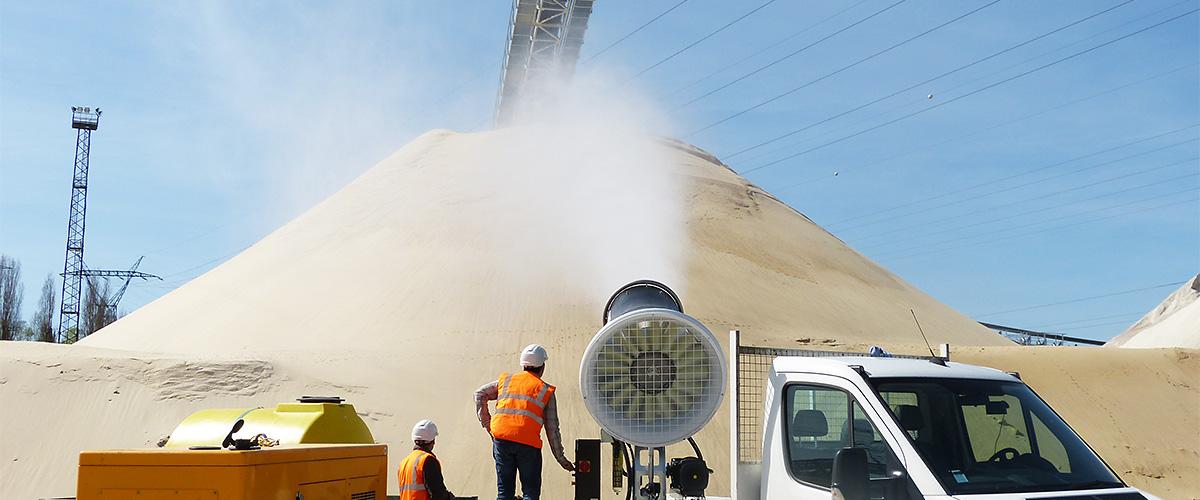 Staubbindemaschine im Bereich Kies und Sand